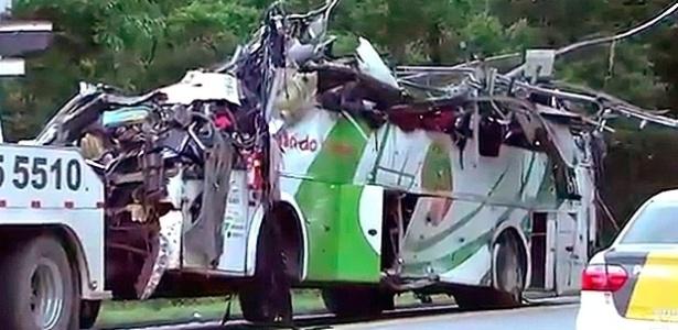 Ônibus ficou completamente destruído depois de tombar na rodovia Mogi-Bertioga