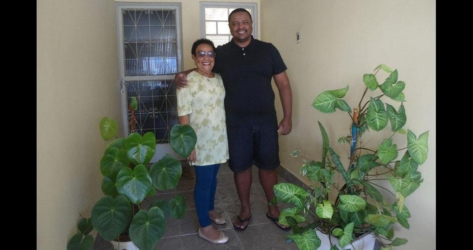 Carlos com a mãe Shirley, de Jacareí (SP)