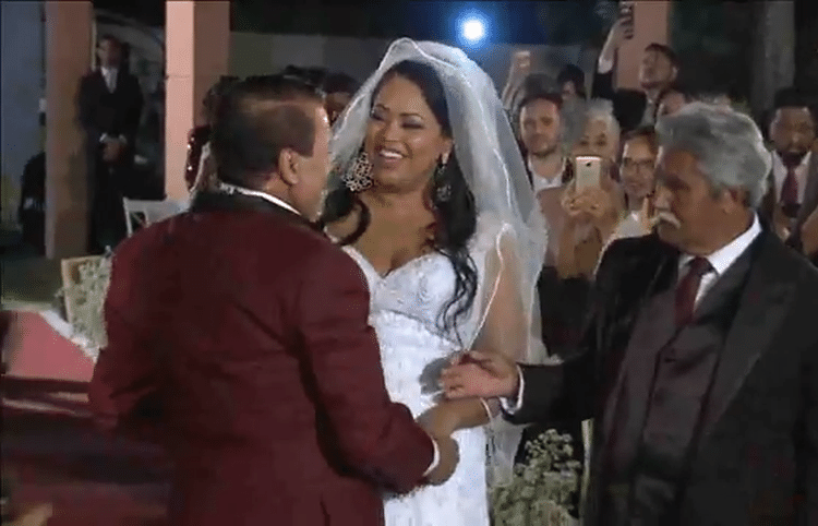25.mai.2017 - Assim como fez na festa no Rio de Janeiro, Luiz Carlos recebe a noiva no altar, segunda cerimônia aconteceu em Brasília, onde vive com Elis