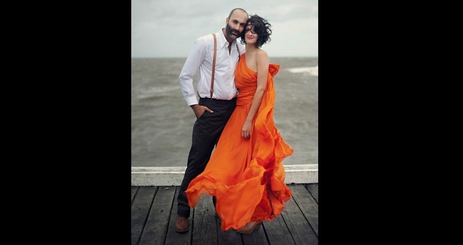 20. Se você quer uma festa diferente e bem alegre, escolha a cor laranja e se jogue! Um laranja bem forte pode ser a cor do vestido de noivas descoladas