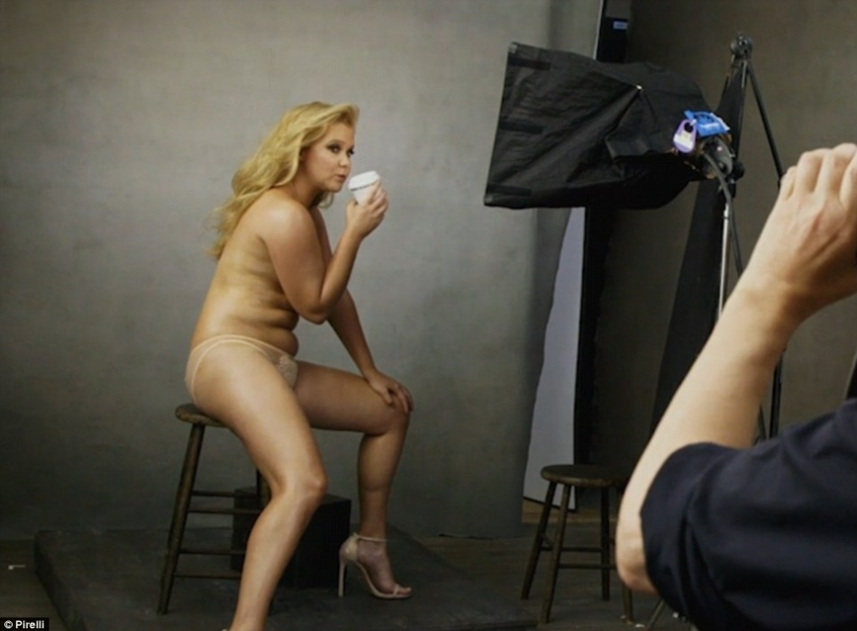 30.nov.2015 - A atriz e comediante norte-americana, Amy Schumer posa para o Calendário Pirelli de 2016. A foto foi clicada pela fotógrafa Annie Leibovitz