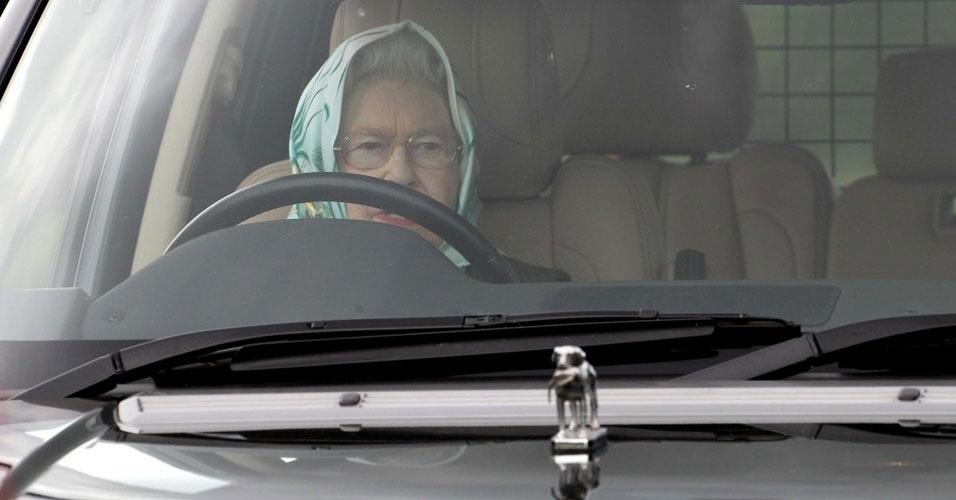 23. A rainha Elizabeth 2ª viaja pelo mundo todo sem passaporte e dirige sem ter carteira de motorista, além de não precisar ter placa em seu carro