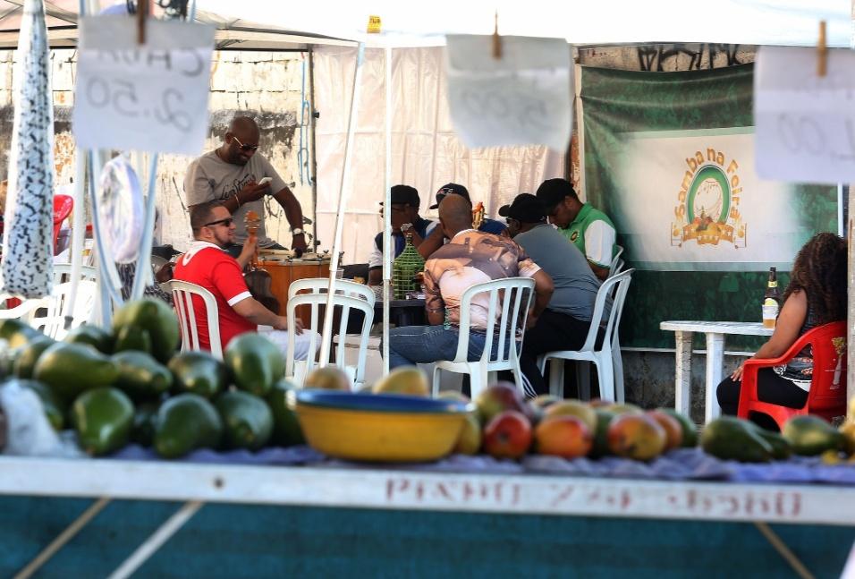 20.mai.2016 - Samba na feira. De longe, no meio da feira, dá para ver os músicos prontos para começar a cantoria no Samba na Feira, na zona norte de São Paulo