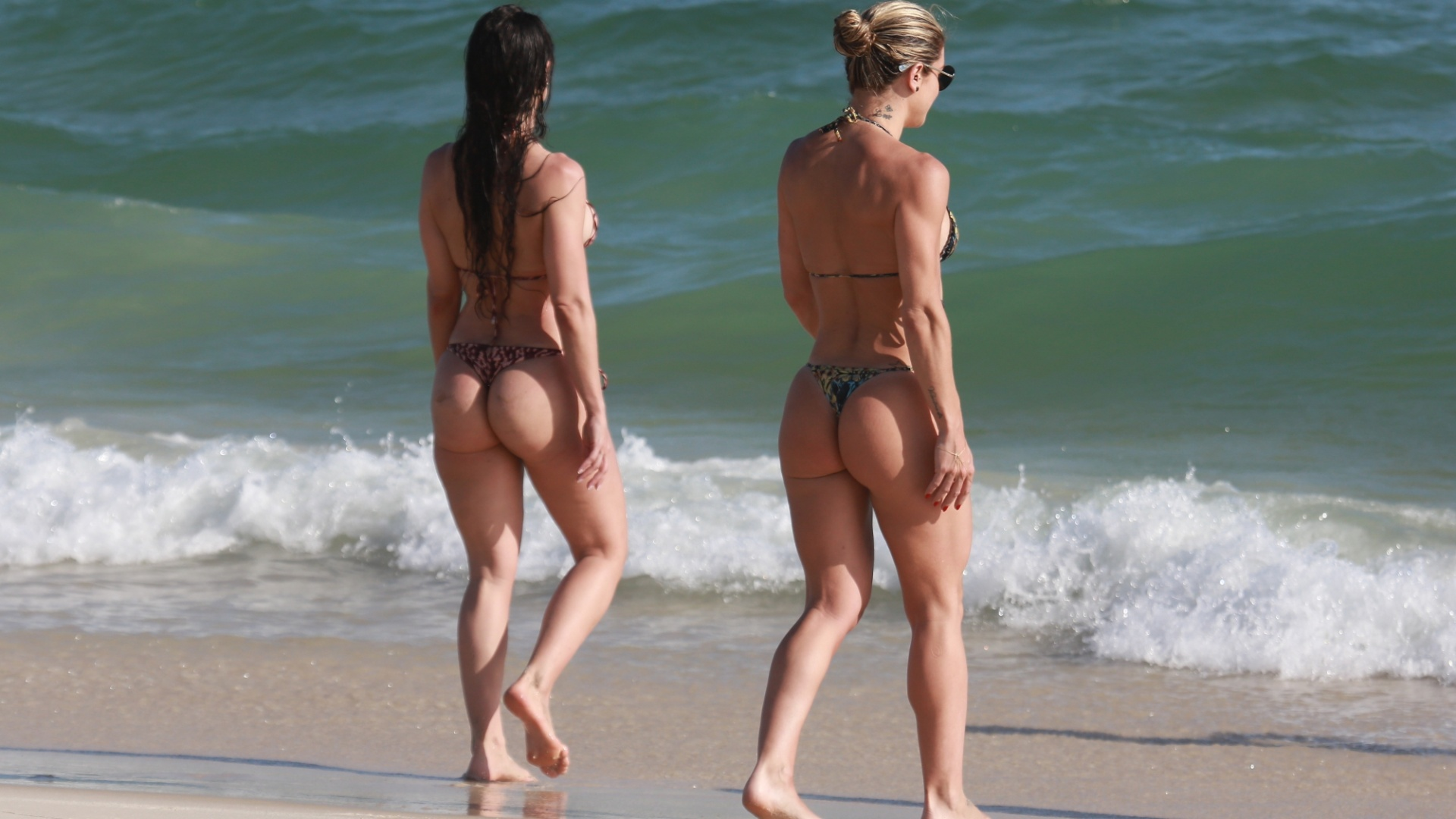 18.nov.2017 - As amigas Franciely e Mirella curtem o dia de calor no Rio de Janeiro