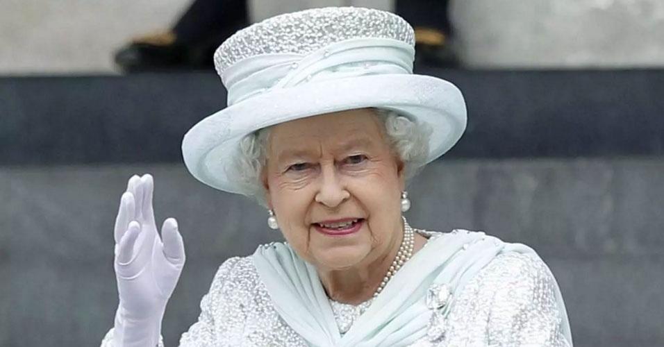 26. Em 9 de setembro de 2015, a rainha Elizabeth 2ª se tornou a monarca a ocupar mais tempo o trono britânico. O recorde era de sua trisavó, Vitória, que reinou por 63 anos e 216 dias, entre 1837 e 1901. A casa da moeda britânica lançou uma edição especial de moedas para comemorar o fato. A peça de prata tem valor de 20 libras, onde estão impressos cinco retratos de Elizabeth 2ª que já apareceram em moedas e notas britânicas desde sua coroação. Elizabeth foi coroada em 2 de junho de 1953, aos 25 anos, após a morte de seu pai, George 6º