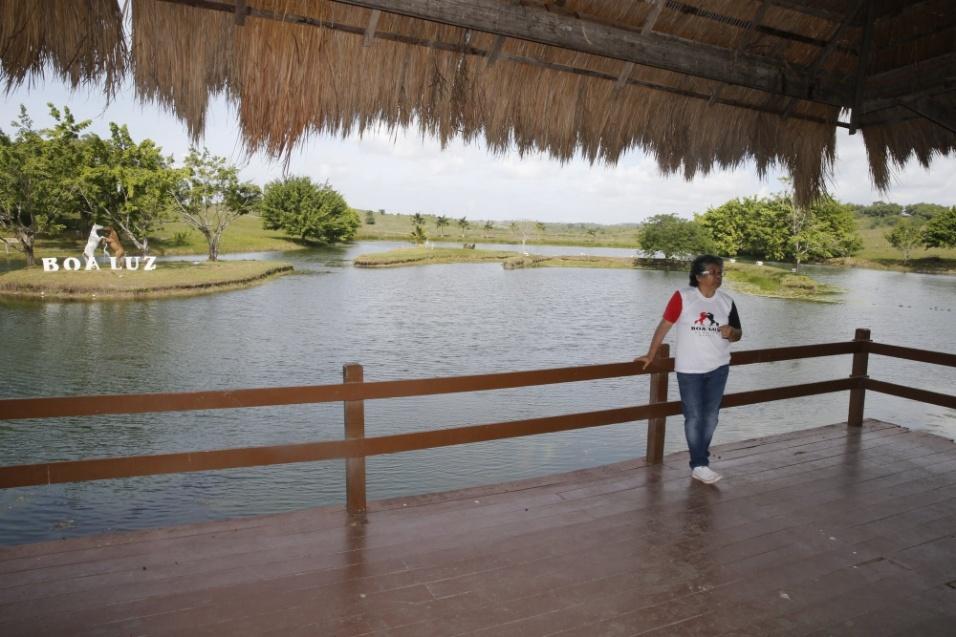 10.mai.2016 - Marlene Mattos mostra a vista do Hotel Fazenda Boa Luz, o seu novo local de trabalho