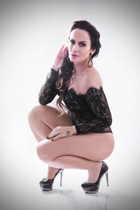 19.mai.2016 - Bem resolvida com o corpo, Núbia Óliver garantiu que está pronta para um novo ensaio nu, agora aos 42 anos.
