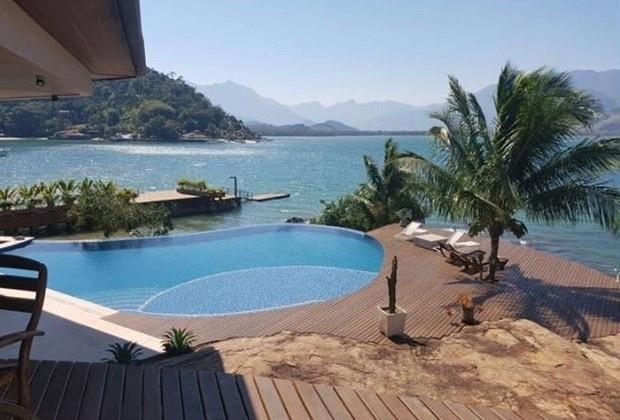 Jan.2017 - Mansão em Angra dos Reis tem piscina com borda infinita e acesso à praia