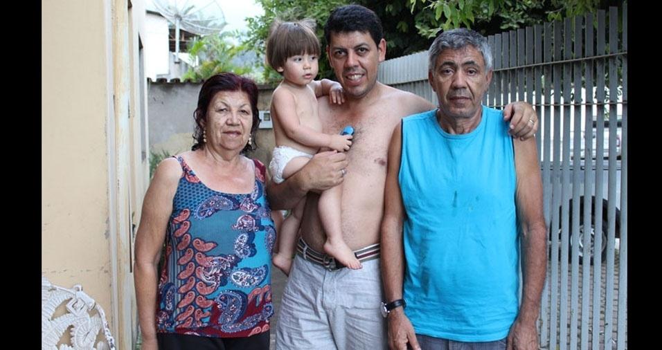 Marcelo com o filho Davi, o pai, Sr. Marcelo e dona Marlene