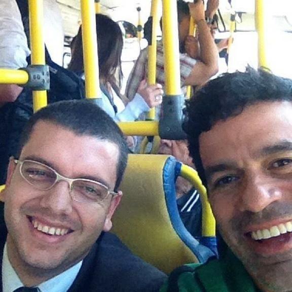 29.jul.2015 - O ex-jogador de futebol Raí tirou uma selfie com outro usuário do ônibus de São Paulo