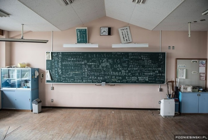13.out.2015 - Na imagem, uma sala de aula que foi evacuada minutos após o desastre