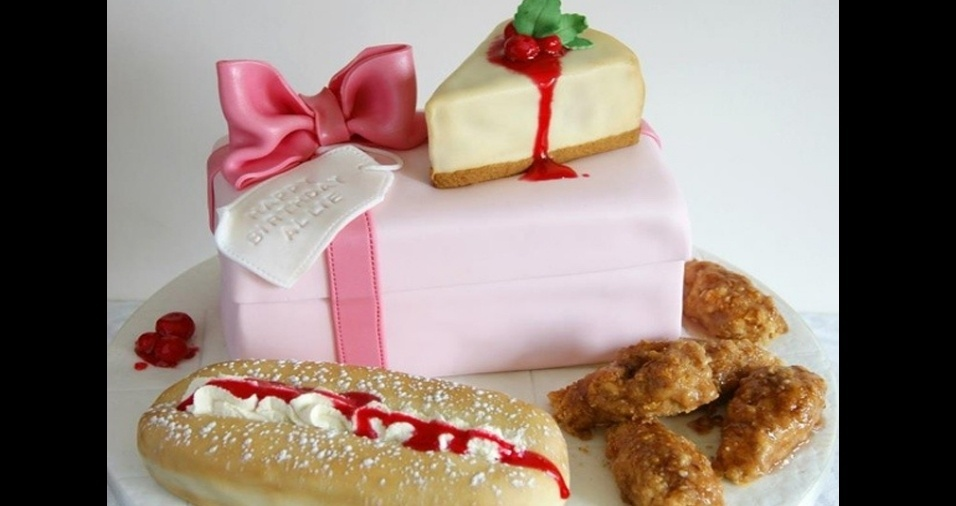 28. Presente, cheesecake e tudo mais que a aniversariante merece e gosta em formato de bolo
