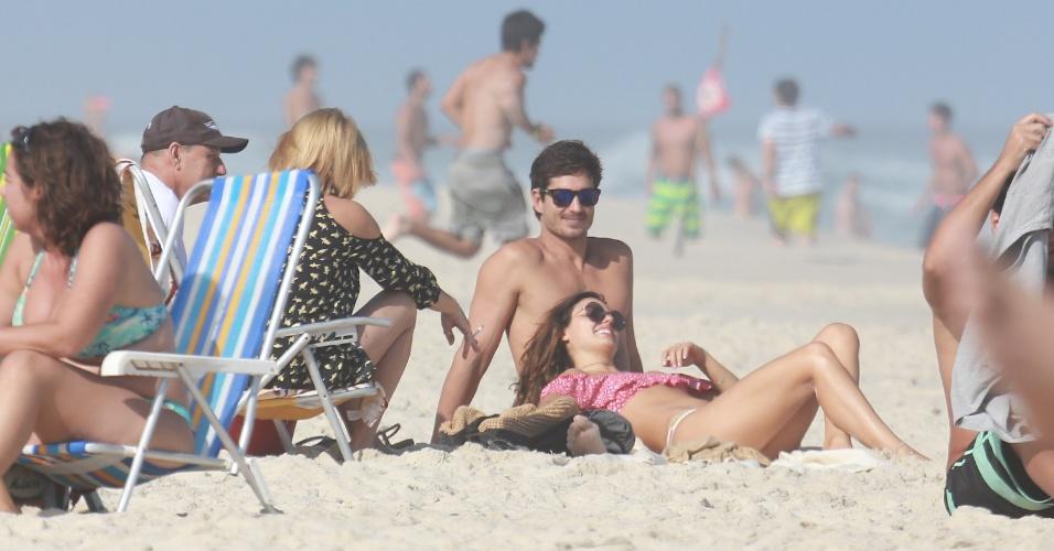 03.jun.2017 - Isis Valverde curte dia na praia ao lado do namorado e da família