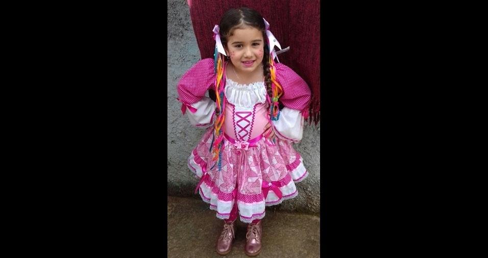 A mamãe Cibele enviou foto da filha caipirinha Sophia Ramos, de quatro anos. Elas moram em Jundiai (SP)