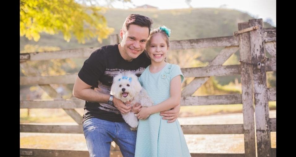 Miller Maia Oliveira e sua filha Milena Andrade Maia Oliveira, de Taubaté (SP), com a cachorrinha Lola