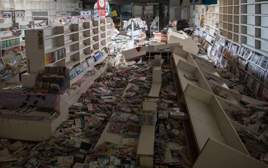 13.out.2015 - Quatro anos depois, uma livraria aparece em total desordem com livros espalhados pelo chão
