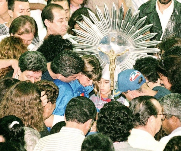 4.mar.1996 - Multidão acompanha o velório dos integrantes da banda Mamonas Assassinas no ginásio Paschoal Thomeu, em Guarulhos (SP). Pessoas se aglomeram sobre o caixão do vocalista Dinho