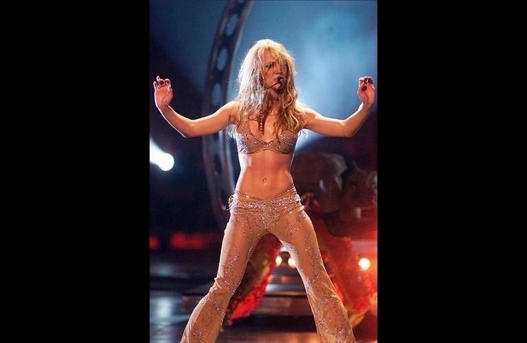 Cerca de um ano após o seu estouro no meio musical, Britney Spears se apresentou no VMA de 2000 com um look sexy e ousado que já mostrava que muita calça baixa apareceria no visual da cantora nos próximos anos