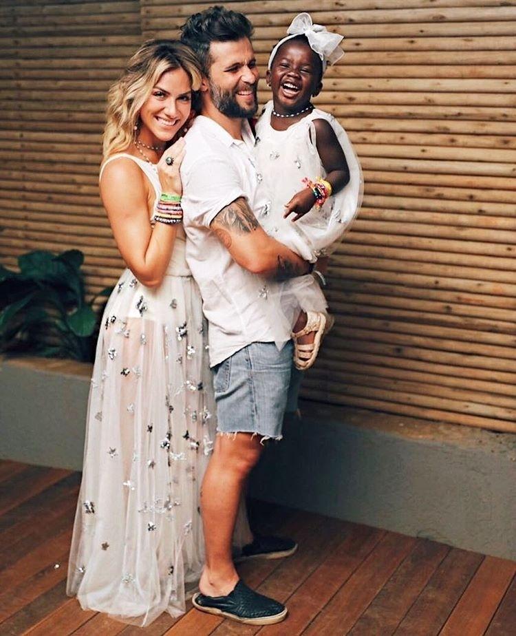 1°.jan.2017 - O ator Bruno Gagliasso divulgou uma espécie de foto oficial do Ano Novo em família. Ele passou o Réveillon em Fernando de Noronha ao lado da mulher, a atriz Giovanna Ewbank, e da filha deles, a pequena Titi. Os seguidores do ator ficaram encantados com o sorriso da menina.