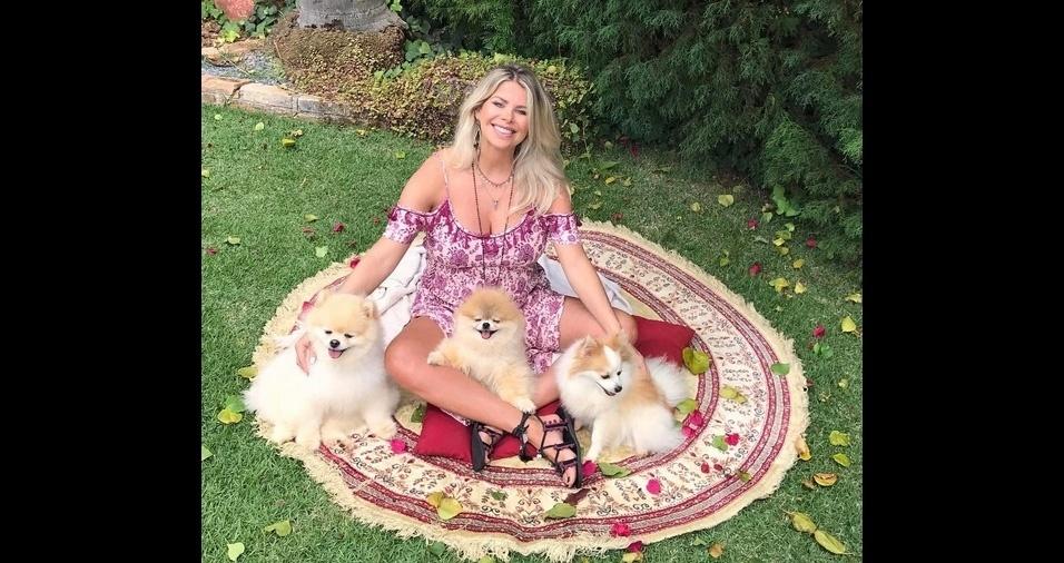 """2. A atriz e modelo Karina Bacchi é apaixonada por pets e fez um perfil exclusivo no Instagram para seus """"pet filhos"""" chamados Joy, Doll e Foffíta"""