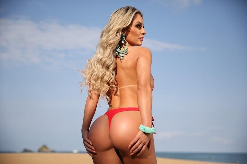 Iara Ferreira posa sexy na praia e revela como lida com o assédio ...