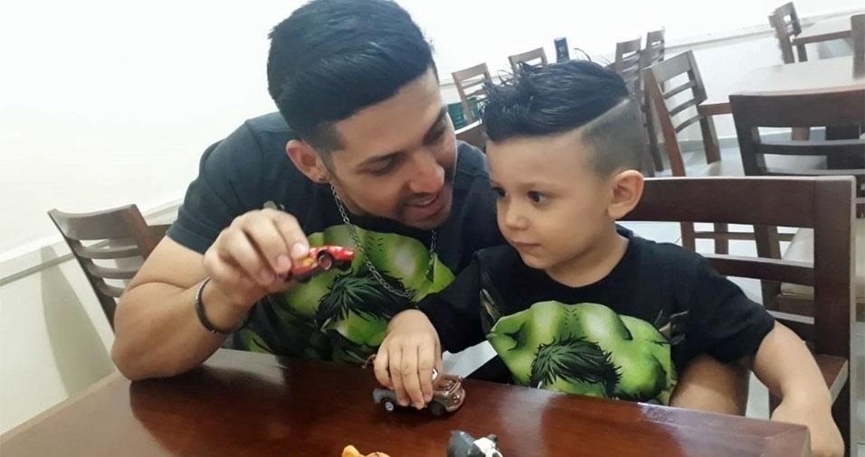 """Álison, de Jacareí (SP), com o filho Guilherme: """"O amor é grande demais. Feliz Dia dos Pais"""""""