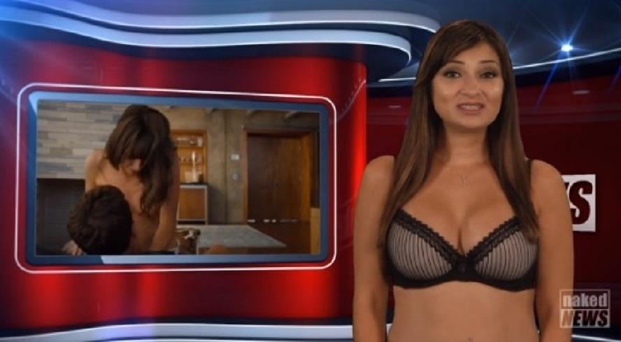 8.out.2015 - Natasha Olensk apresenta as notícias do Naked News, telejornal em que repórteres fazem striptease