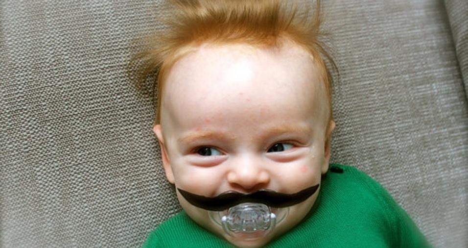 4. A cor do bigode não combinou muito com a do cabelo, mas o bebê continuou uma gracinha