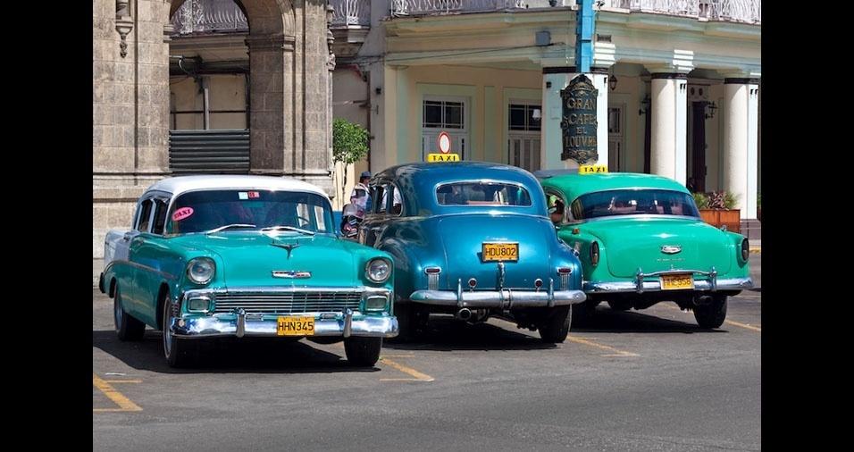 31. Os carros antigos fazem parte da paisagem de Havana, em Cuba, também na versão táxi