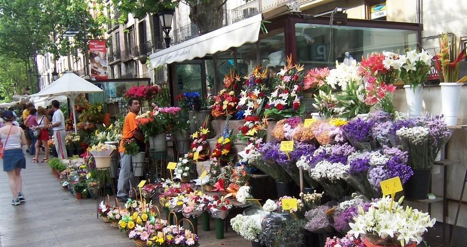 """18. La Rambla, Barcelona. O nome """"rambla"""" provém do árabe """"ramla"""", que significa """"leito de rio seco"""", e é um tipo de rua larga com grande movimentação de pedestres típica da Espanha, que geralmente possui um calçadão no centro, além de várias lojas, cafés, restaurantes, floriculturas e artistas de rua. A Rambla em Barcelona liga a Praça de Catalunha ao Porto Velho"""