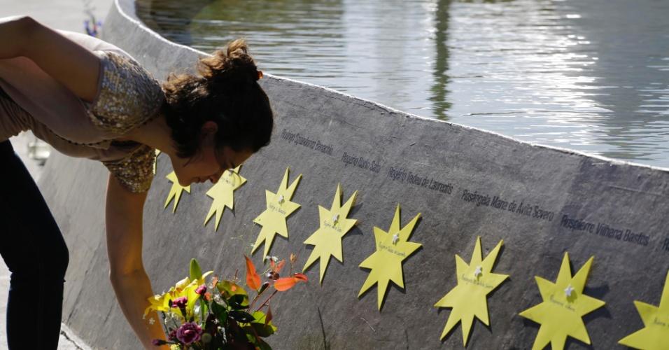 Familiares chegaram cedo ao Memorial 17 de Julho, em São Paulo, para oferecer flores em homenagem às vítimas do acidente