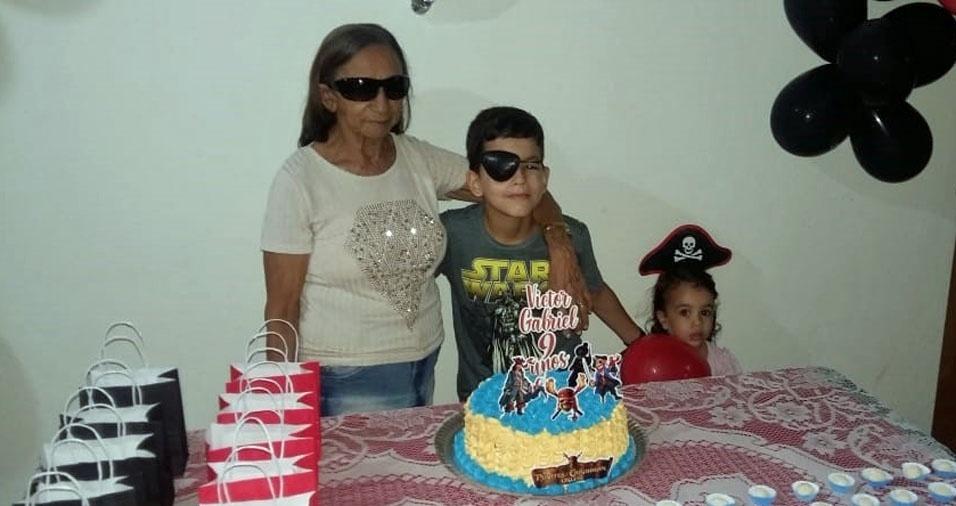Victor Gabriel, Esther Emanuelly  e a vovó  Luiza, de Pau dos Ferros (RN)