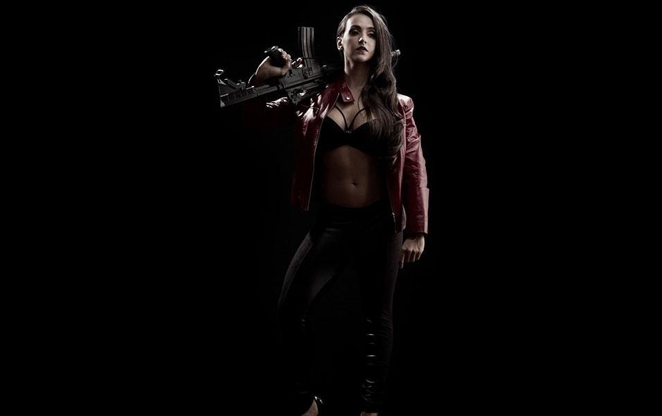 """12.mai.2016 - Modelo fitness Letícia Mazzonetto posa sensual em ensaio com pegada """"Sin City"""""""