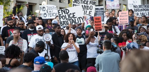 7.jul.2016 - Manifestantes protestam em Dallas contra morte de negro, antes de cinco policiais serem assassinados no local por um atirador negro que quis se vingar da polícia