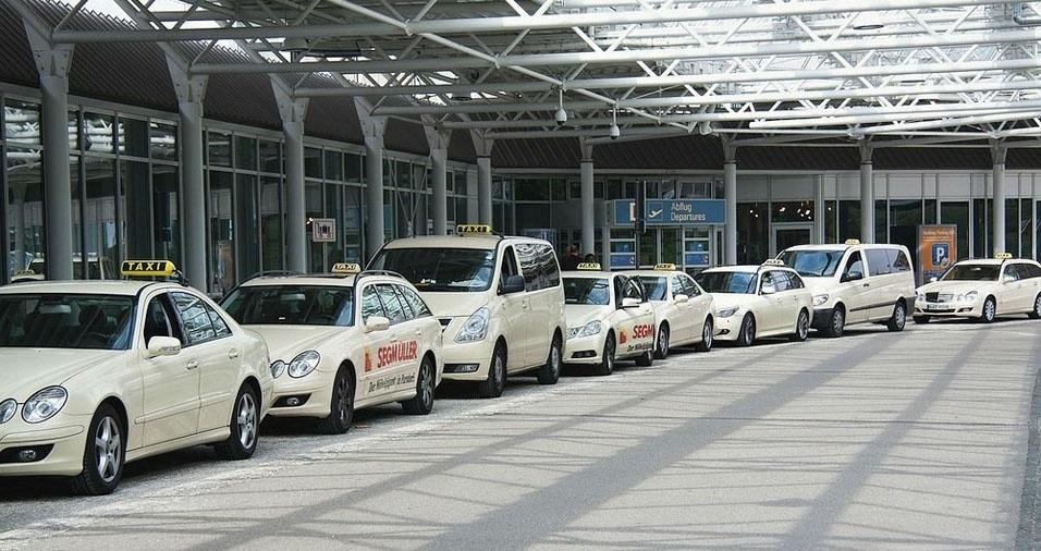 18. Em Munique, na Alemanha, são elegantes táxis brancos
