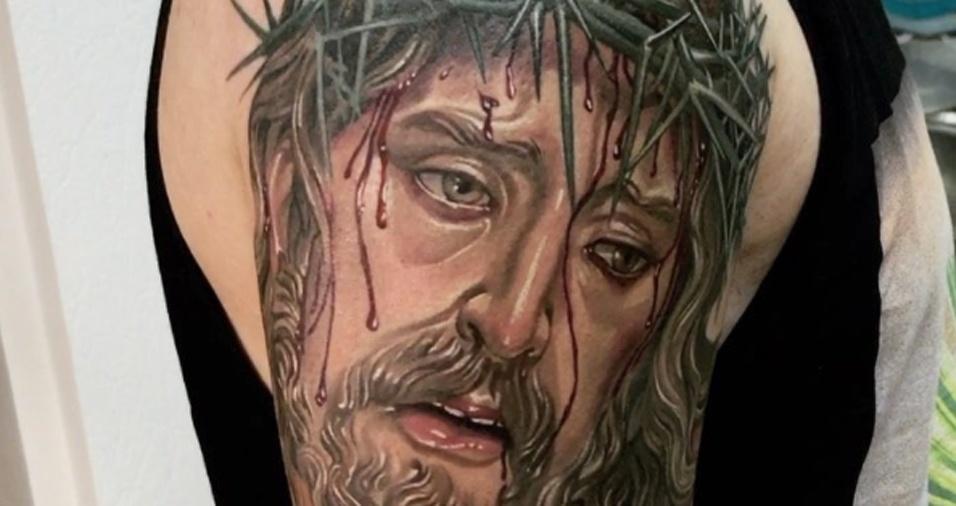 2. Tatuar rostos não é tarefa fácil e nem sempre o trabalho fica do jeito que o cliente gostaria, mas com Dmitry não tem erro