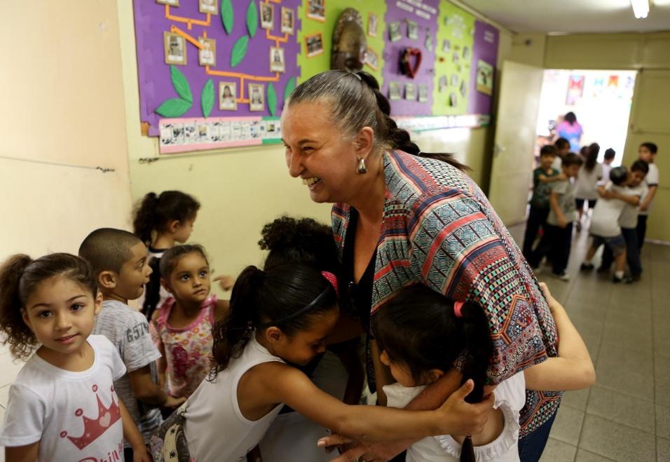 Professora Cibele. A diretora da EMEI Nelson Mandela, Cibele Racy, de 57 anos, é o agente transformador da escola e dos princípios seguidos por ela nos últimos 12 anos. Os alunos, quando encontram com a educadora, abraçam, beijam e fazem carinho imediatamente
