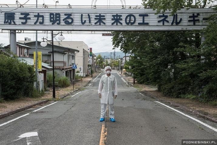 13.out.2015 - Na imagem, o fotógrafo Arkadiusz Podniesinski vestindo roupas de proteção durante sua visita a Zona de Exclusão, em Fukushima