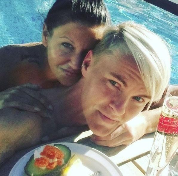 Em seu Instagram, a jogadora de futebol sueca Nilla Fischer (dir.) compartilha momentos ao lado de sua mulher, Mariah Michaela