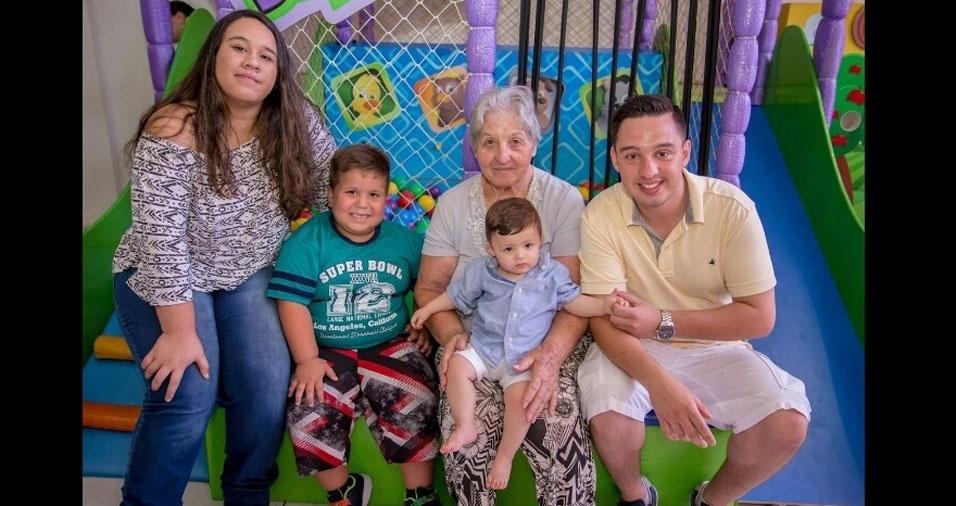 Vovó Nega, de São Bernardo do Campo (SP), com os netos Giulia, Caio, Vitor Hugo e Giovanni