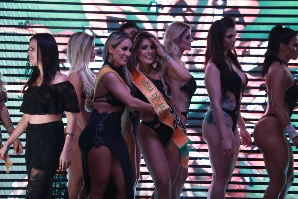5.nov.2017 - Vanessa Perez é eleita Musa do Brasil 2017 e recebe a faixa de campeã de Iara Ferreira, vencedora em 2016