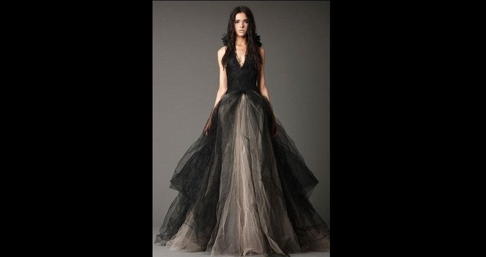 17. Qual a cor impossível de ser escolhida para um vestido de noiva? Eu sei que você pensou preto, mas pense de novo! O preto já foi sim a escolha de alguns vestidos de noiva. E, ao contrário do que parece, ele pode ficar bem romântico e suave a depender do modelo do vestido