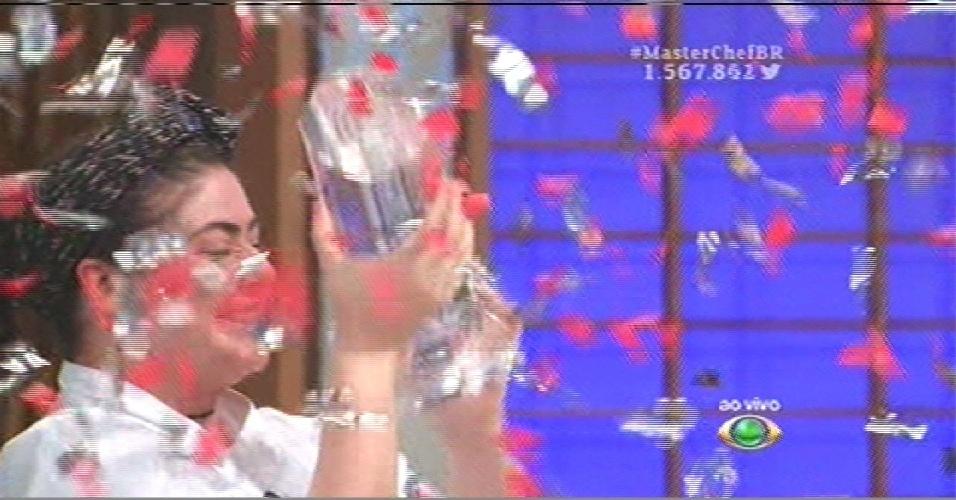 """15.set.2015 - Izabel levanta o troféu de """"MasterChef"""""""