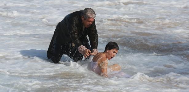 Terenciano (Jackson Antunes) tenta afogar Dionísia (Maitê Proença) na praia - AgNews/Dilson Silva