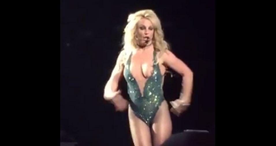 3.fev.2017 - Ops! Britney Spears fica com mamilo exposto durante show em Las Vegas