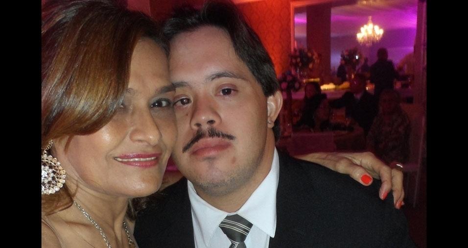 """Norton Inácio Lima, de Fortaleza (CE), enviou sua foto com a mamãe Edna Maria, e disse: """"Parabéns para minha mãe neste dia tão especial. Ela é um amor de pessoa. Mãezona nota 100000000."""""""