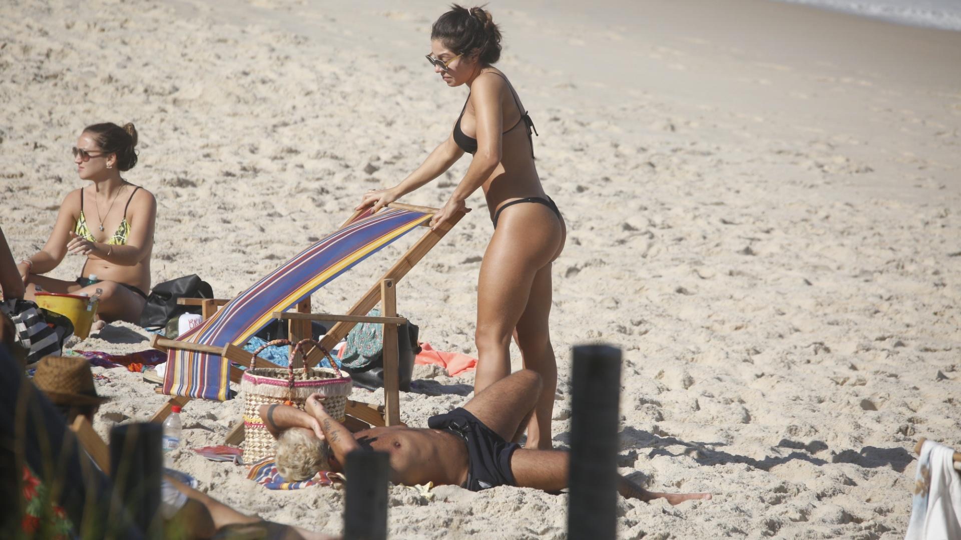 18.jun.2017 - De bermuda e os cabelos descoloridos, Thammy Miranda toma banho de sol ao lado de Andressa Ferreira