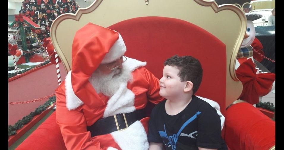 Carlos Roberto Barbosa dos Santos Filho, de Carapicuíba (SP), enviou foto do filho Miguel batendo um papo sério com Papai Noel