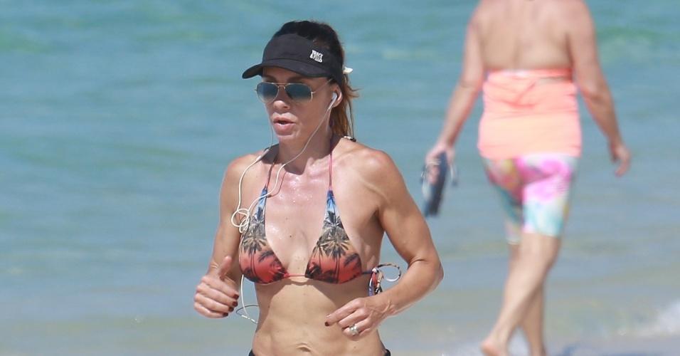 11.nov.2016 - Carla Marins mostrou que está em ótima forma aos 48 anos. A atriz aproveitou o dia de muito sol e calor no Rio de Janeiro para correr na praia e depois dar um mergulho refrescante