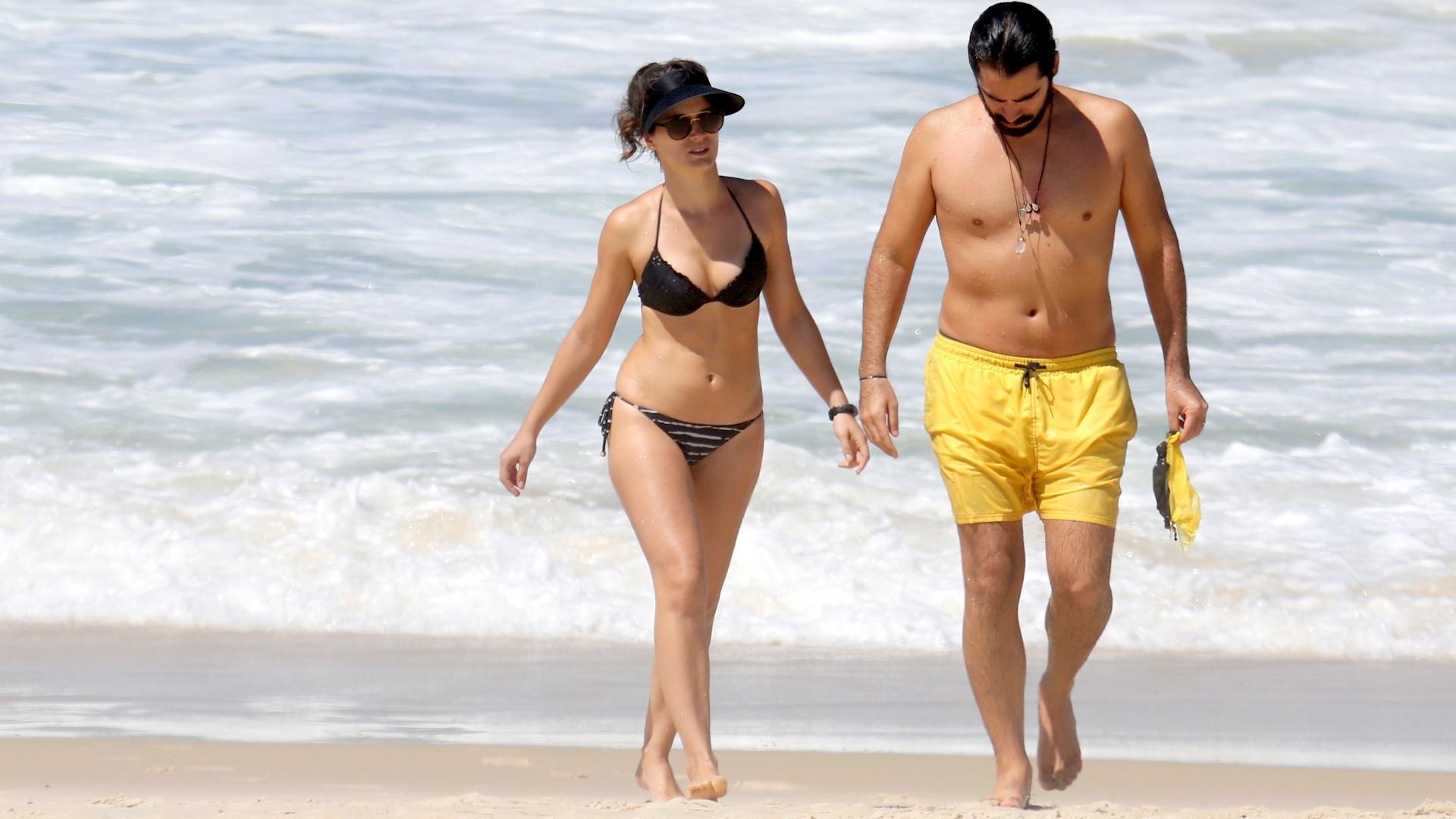 17.mar.2017 - Bianca Bin e Pedro Brandão deixam a praia da Barra da Tijuca em clima romântico